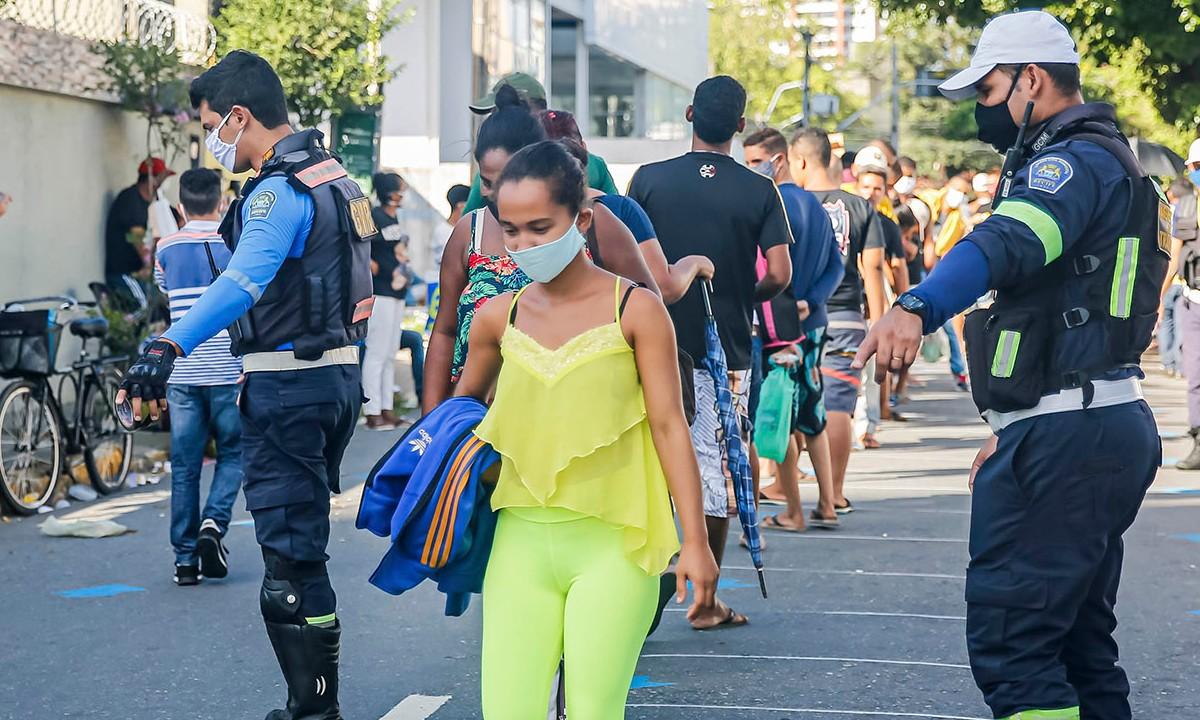 Prefeitura organiza fila para auxílio emergencial em Recife. Créditos: Andréa Rêgo Barros/PCR