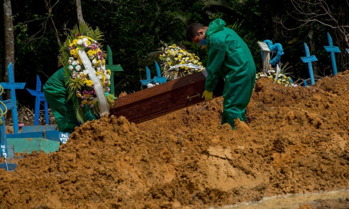 Sepultamentos de vítimas da covid-19 no Cemitério Nossa Senhora Aparecida, em Manaus, no Amazonas. Foto: Alex Pazuello/Semcom