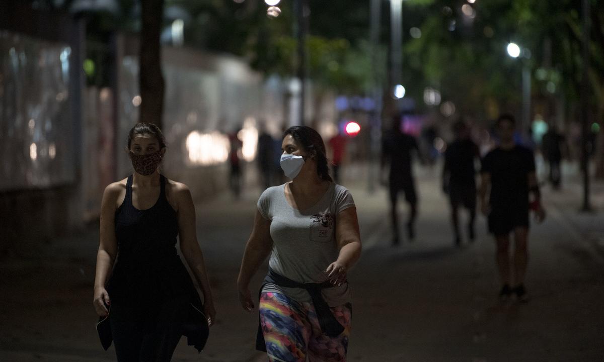 Mulheres caminham no Rio de Janeiro. Foto: Mauro Pimentel/AFP
