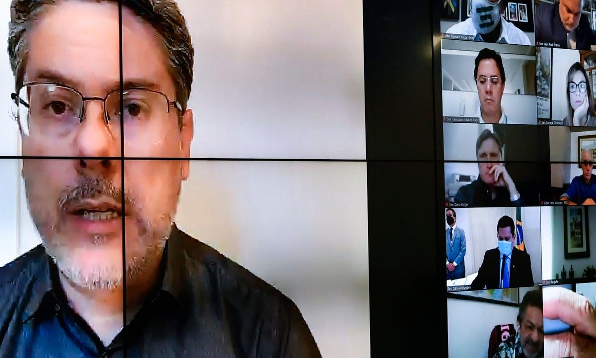 Senador Alessandro Vieira (Cidadania-SE), durante sessão remota em 2 de junho, quando o PL de fake news saiu da pauta de votação (Foto: Leopoldo Silva/Agência Senado)