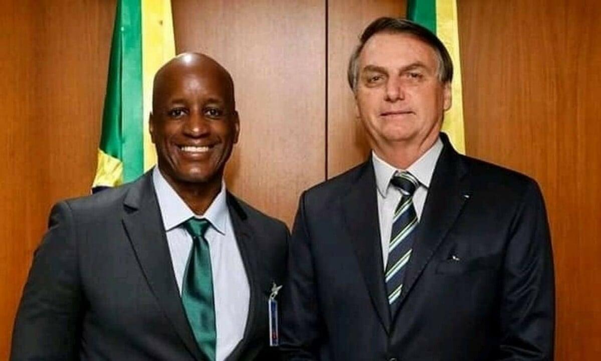 O presidente da Fundação Palmares, Sérgio Camargo, ao lado do presidente da República, Jair Bolsonaro. Foto: Reprodução/Twitter