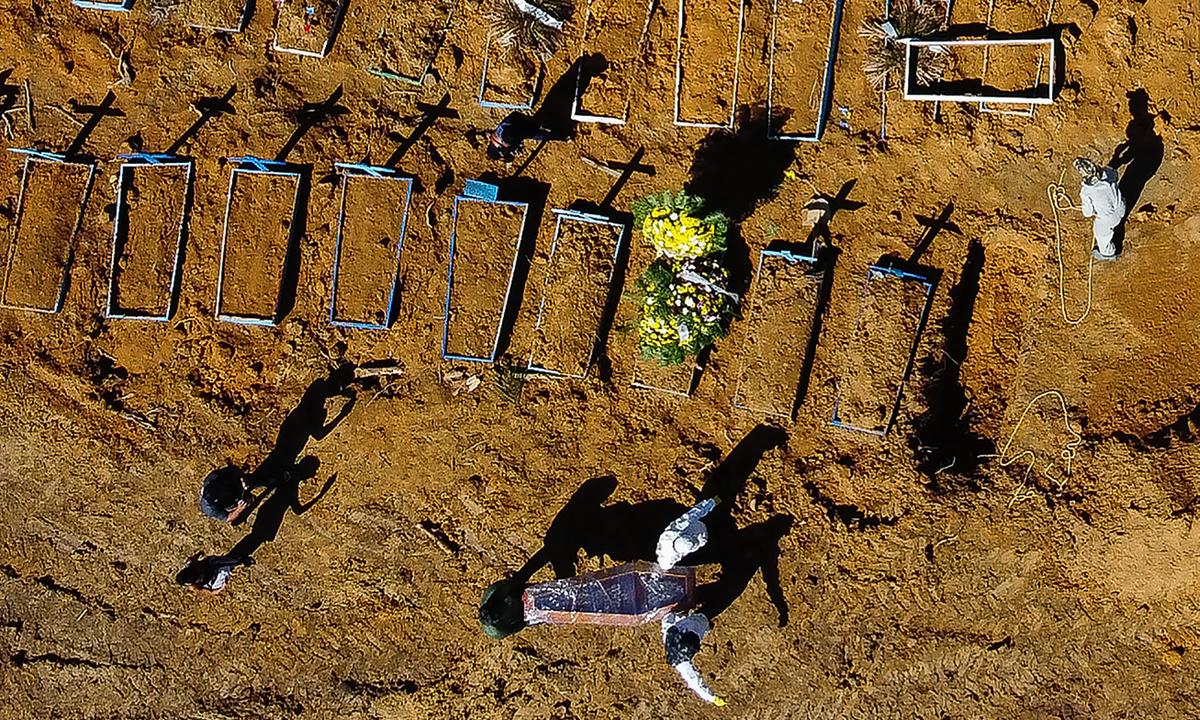 Cemitério público em Manaus, capital do Amazonas. Foto: Michael DANTAS/AFP