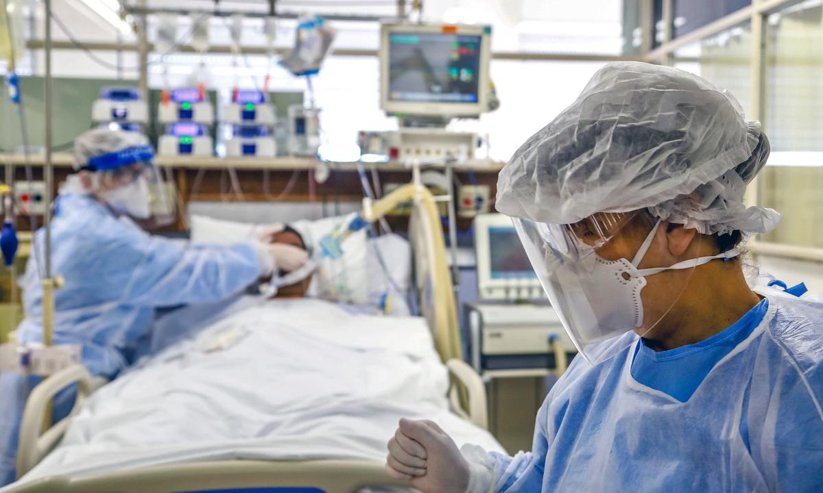 Paciente de coronavírus é tratado em hospital de Porto Alegre, no Rio Grande do Sul. Foto: Silvio AVILA/AFP