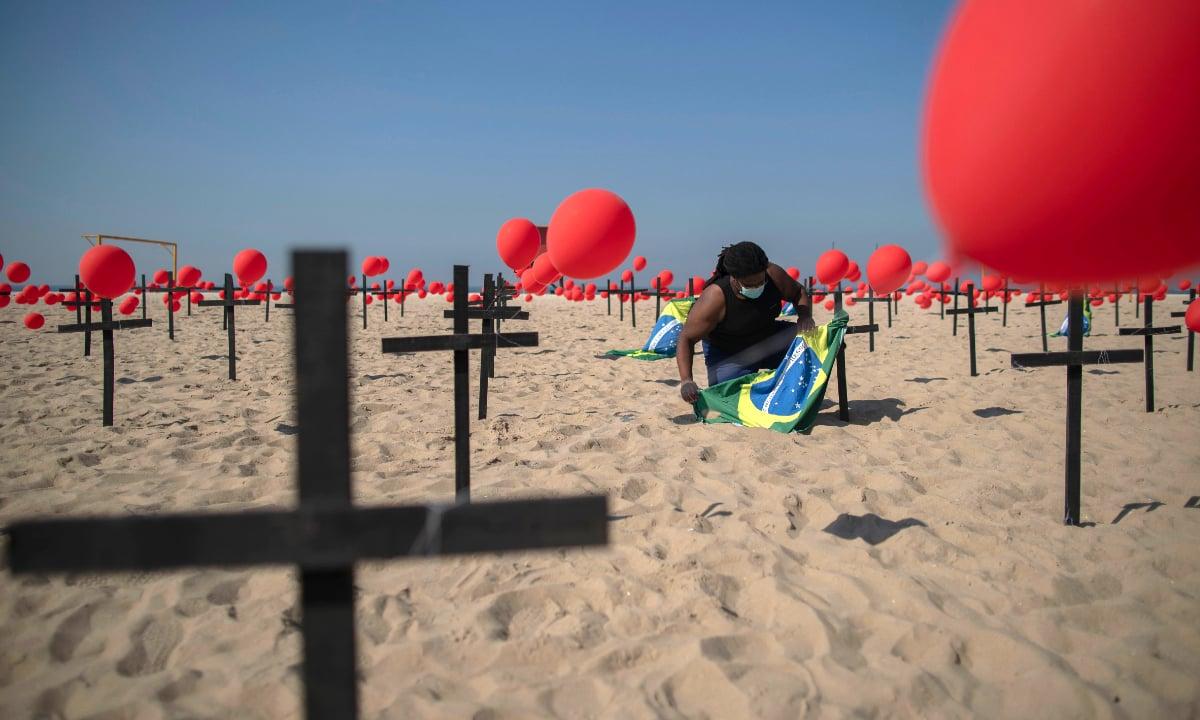 Protesto da ONG Rio da Paz pelos 100 mil mortos da covid-19 no Brasil. Foto: AFP.