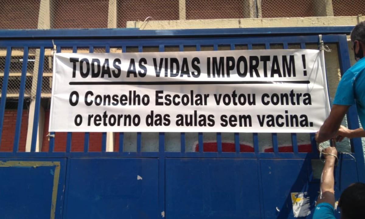A Escola Estadual Fidelino de Figueiredo foi obrigada a retirar faixa contra volta às aulas