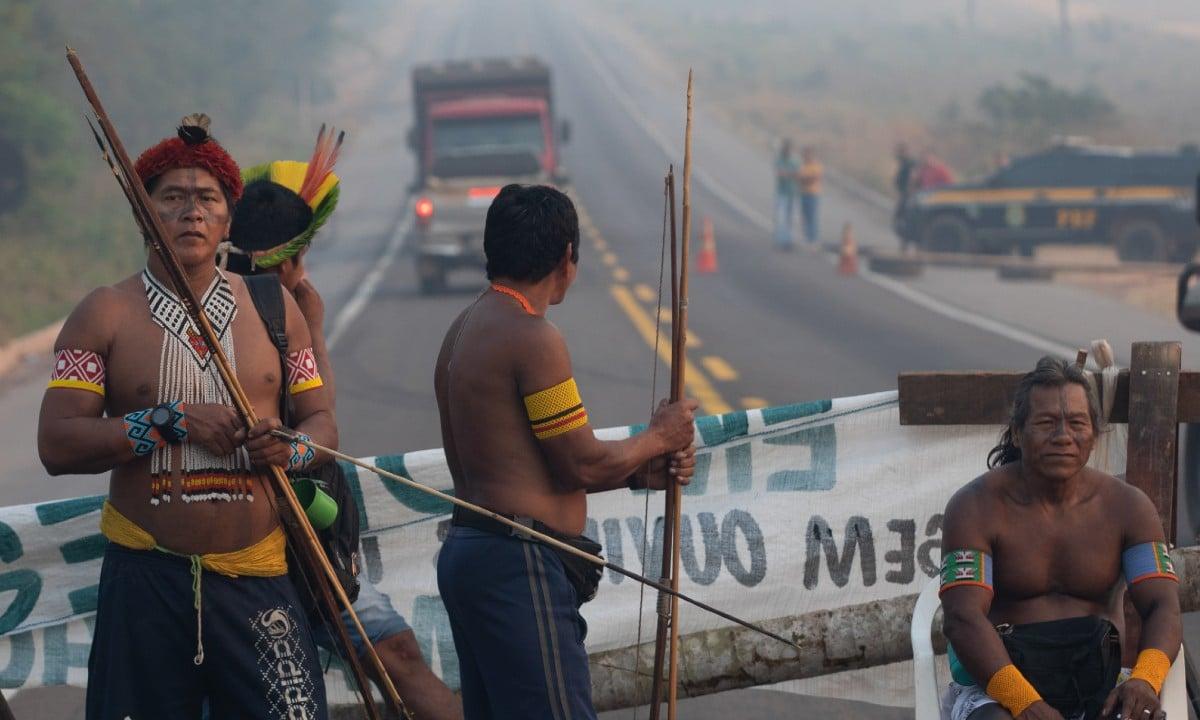 Grupo indígena protesta contra incêndios na Amazônia em rodovia (Foto: JOÃO LAET / AFP)