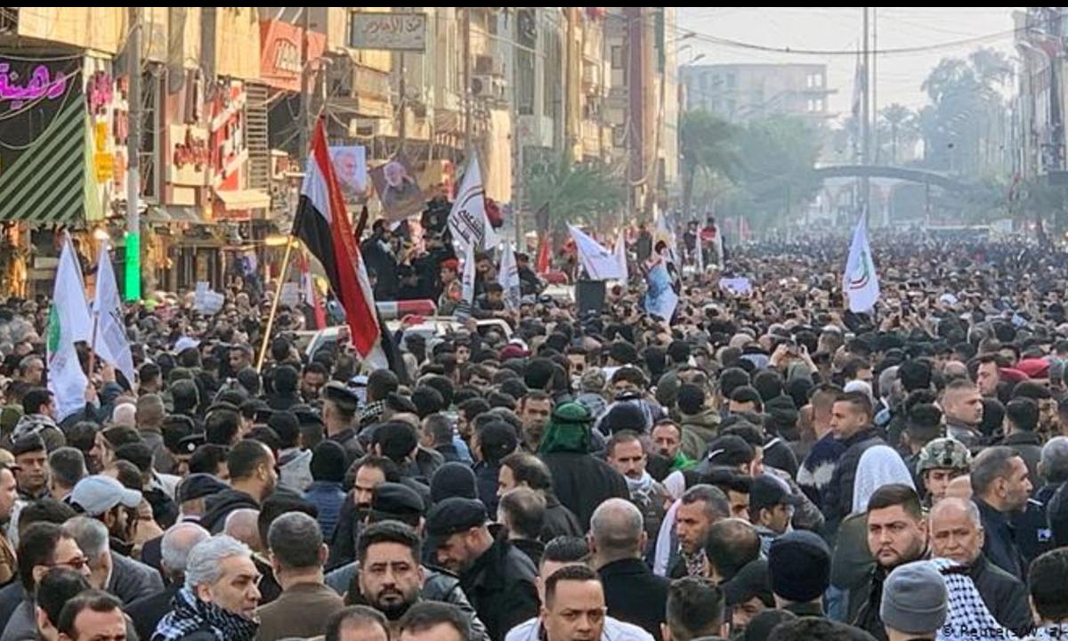 Protesto contra os EUA no funeral do general iraniano morto em ataque americano. Foto: DW
