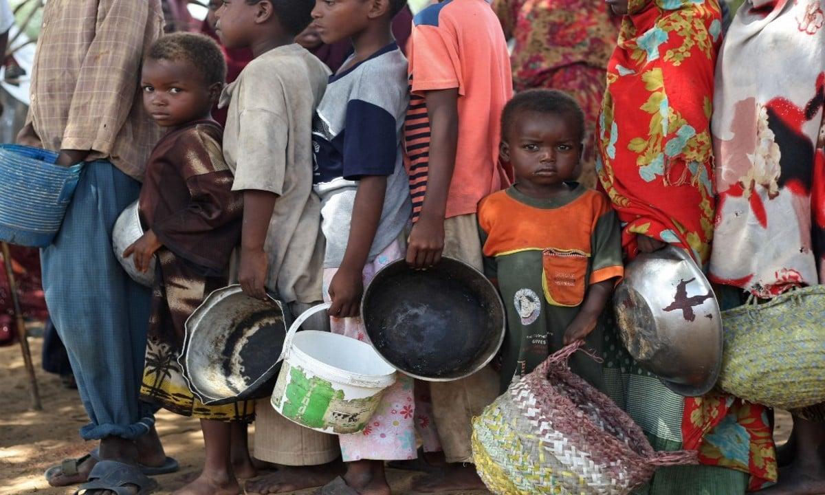 Refugiados fazem fila para receber ajuda alimentar do Programa Mundial de Alimentos. (Foto: MOHAMED DAHIR / AFP)
