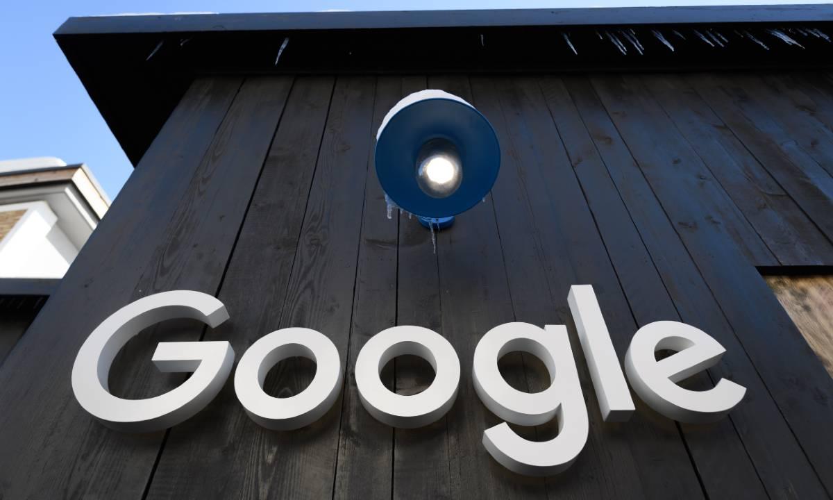 Logo do Google exibido em prédio do Fórum Econômico Mundial. Foto: FABRICE COFFRINI / AFP