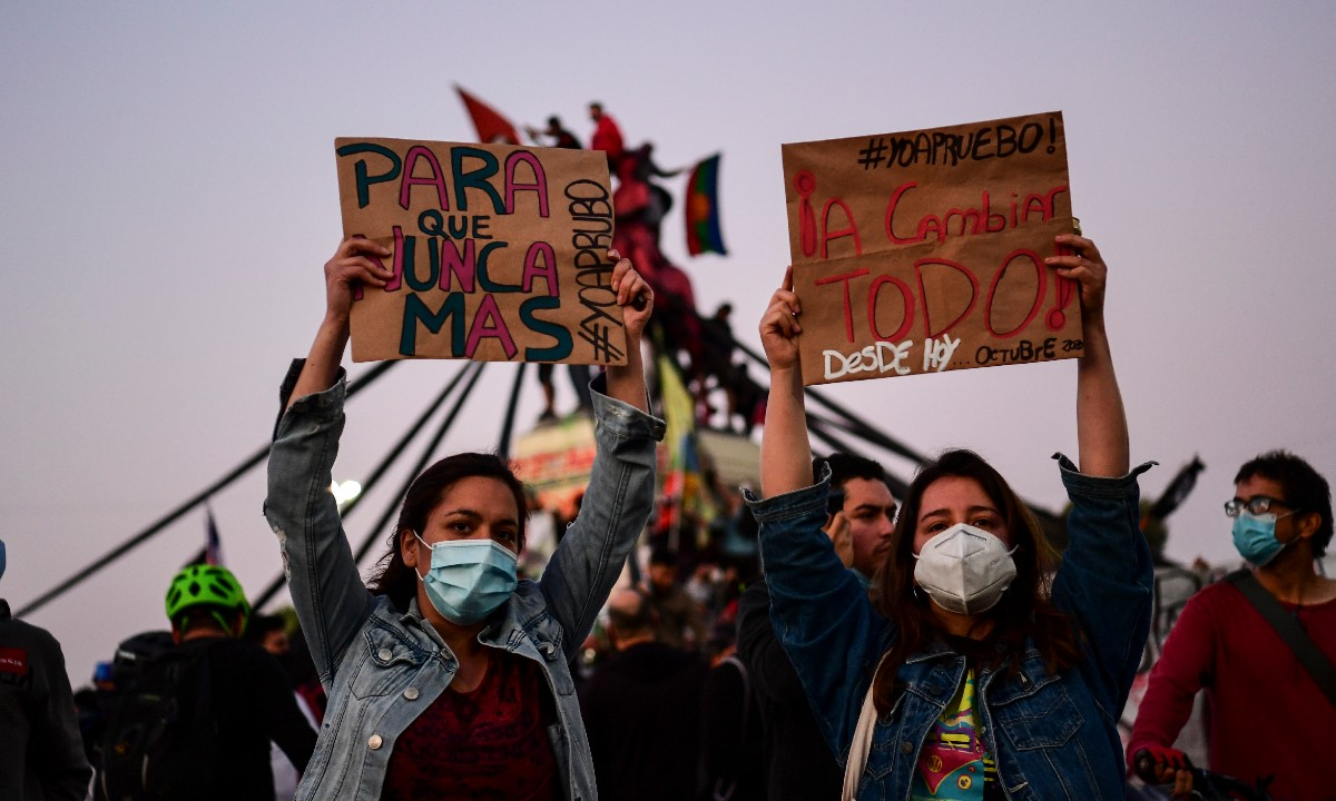 Apoiadores a reforma da constituição chilena reunidos à espera dos resultados oficiais do referendo na praça Plaza Italia, em Santiago. Foto: Martin Bernetti/AFP