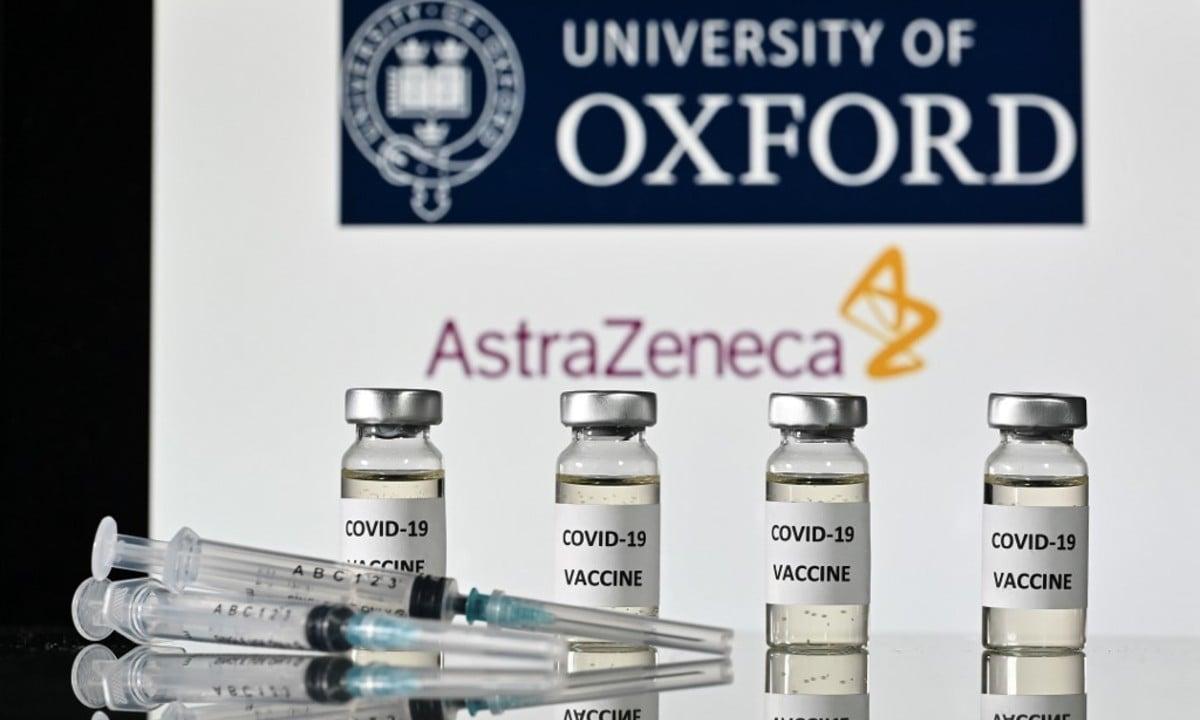Frascos com adesivos de vacina Covid-19 colados e seringas. Foto: JUSTIN TALLIS / AFP
