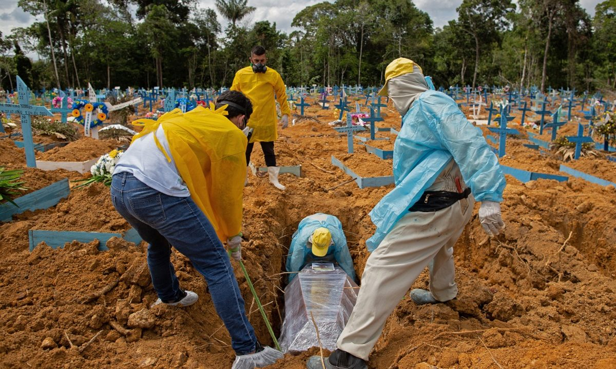 Sepultamento em área reservada às vítimas da COVID-19 no cemitério Nossa Senhora Aparecida em Manaus (Foto: MICHAEL DANTAS / AFP)