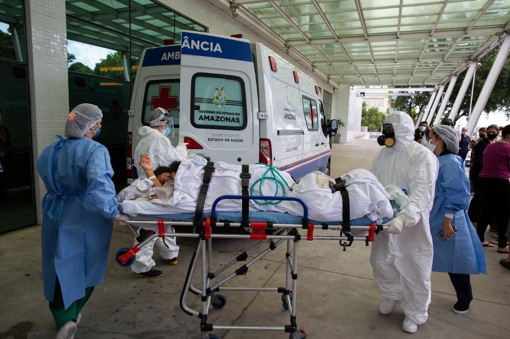 Paciente chega ao Hospital 28 de Agosto em Manaus (Foto: Michael DANTAS / AFP)