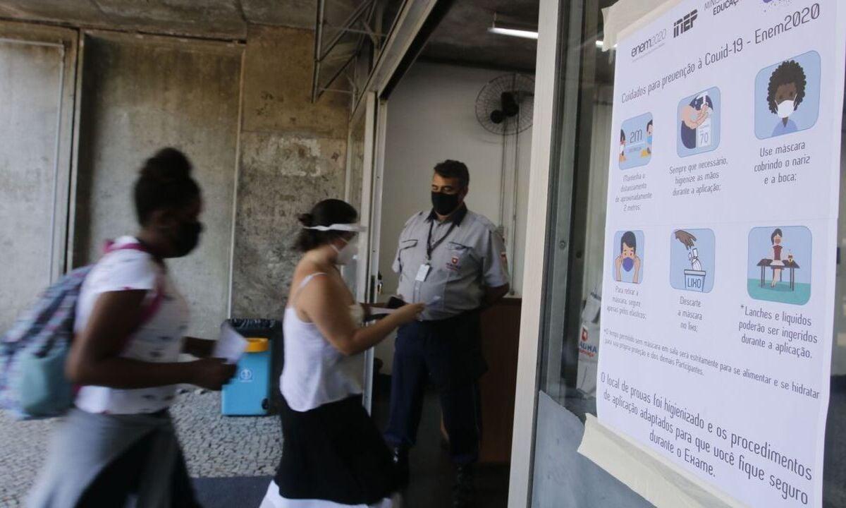 Entrada dos candidatos para o primeiro dia de provas do Exame Nacional do Ensino Médio (Enem) 2020, na Universidade Estadual do Rio de Janeiro (UERJ), na zona norte do Rio. Foto: Tania Rêgo/Agência Brasil