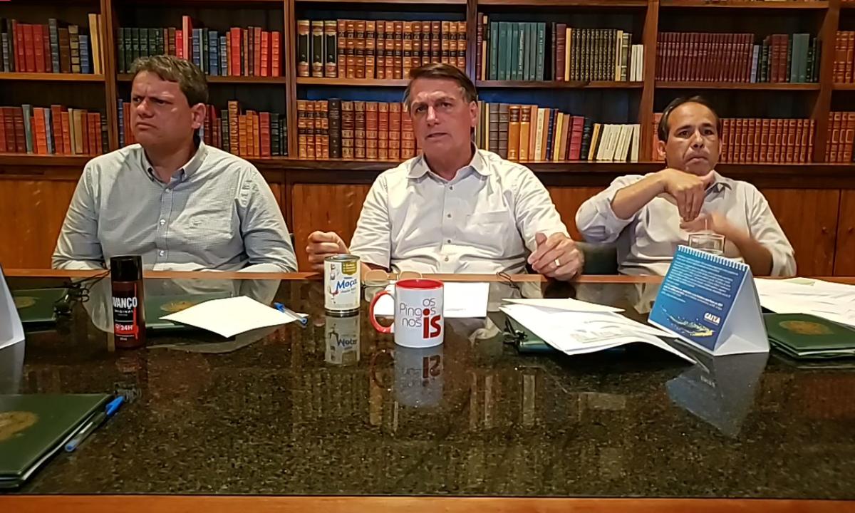 O presidente Jair Bolsonaro, ao lado do ministro da Infraestrutura, Tarcísio Freitas. Foto: Reprodução/Facebook