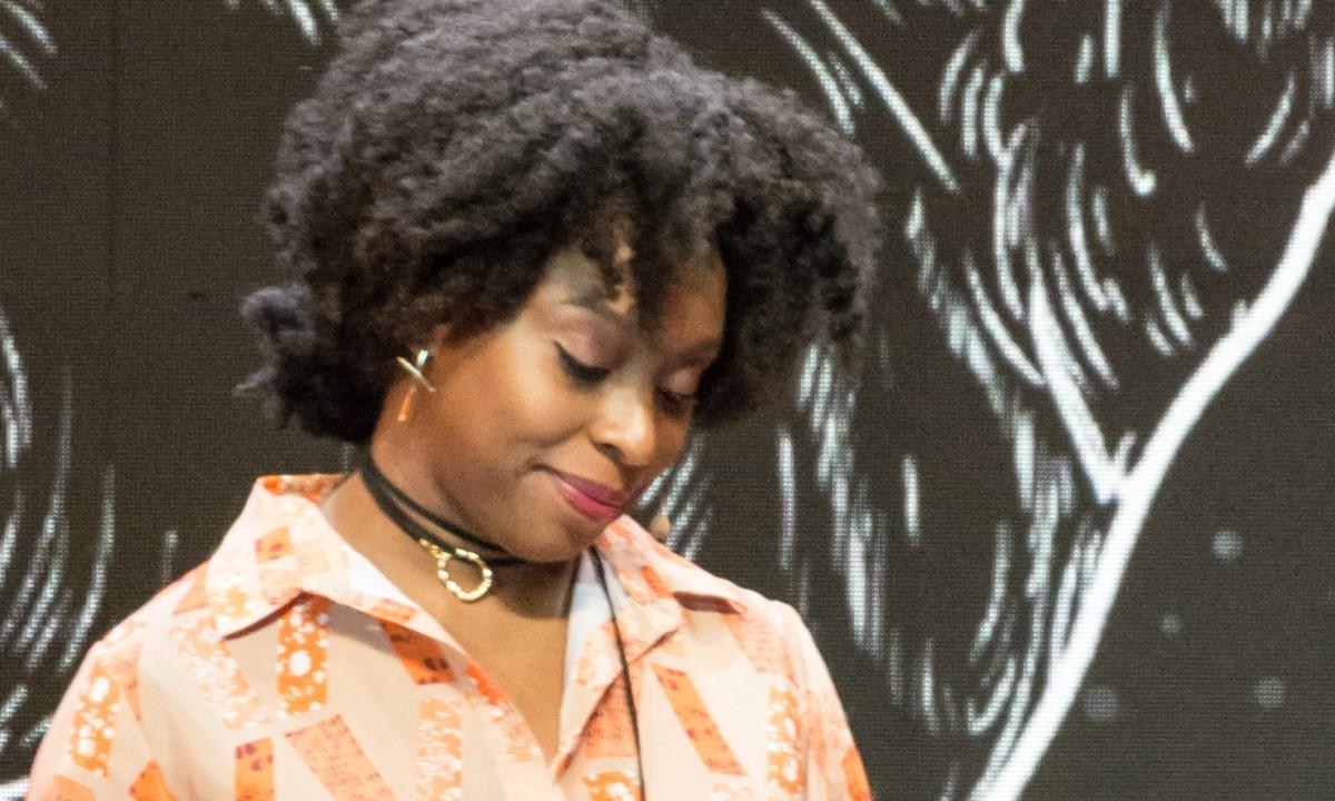 A escritora Chimamanda Ngozi Adichie (Foto: Wikimedia Commons)
