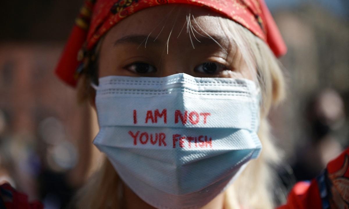 Membros e apoiadores da comunidade asiático-americana participam de uma manifestação contra o ódio na cidade de Nova York (Foto: Ed JONES / AFP)