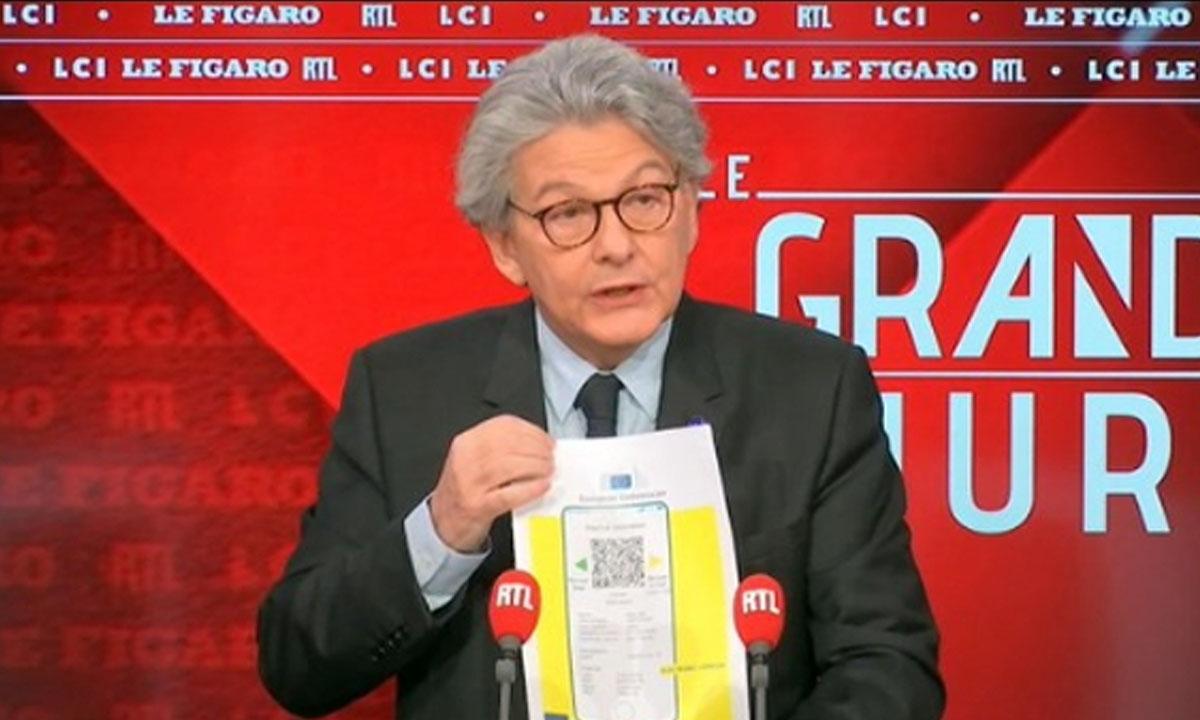 Thierry Breton mostra um protótipo do 'passaporte sanitário'. Foto: Reprodução/RTL