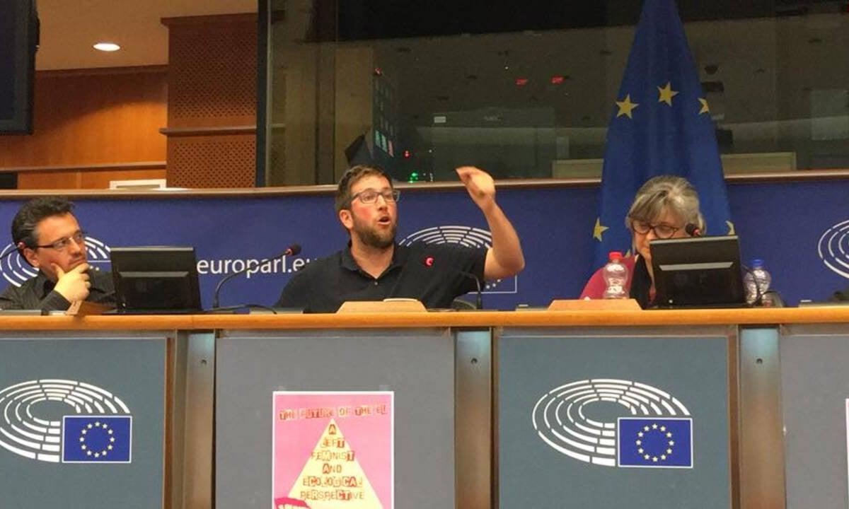 Miguel Urbán, ao centro, discursa no Parlamento Europeu. Foto: Reprodução/Facebook