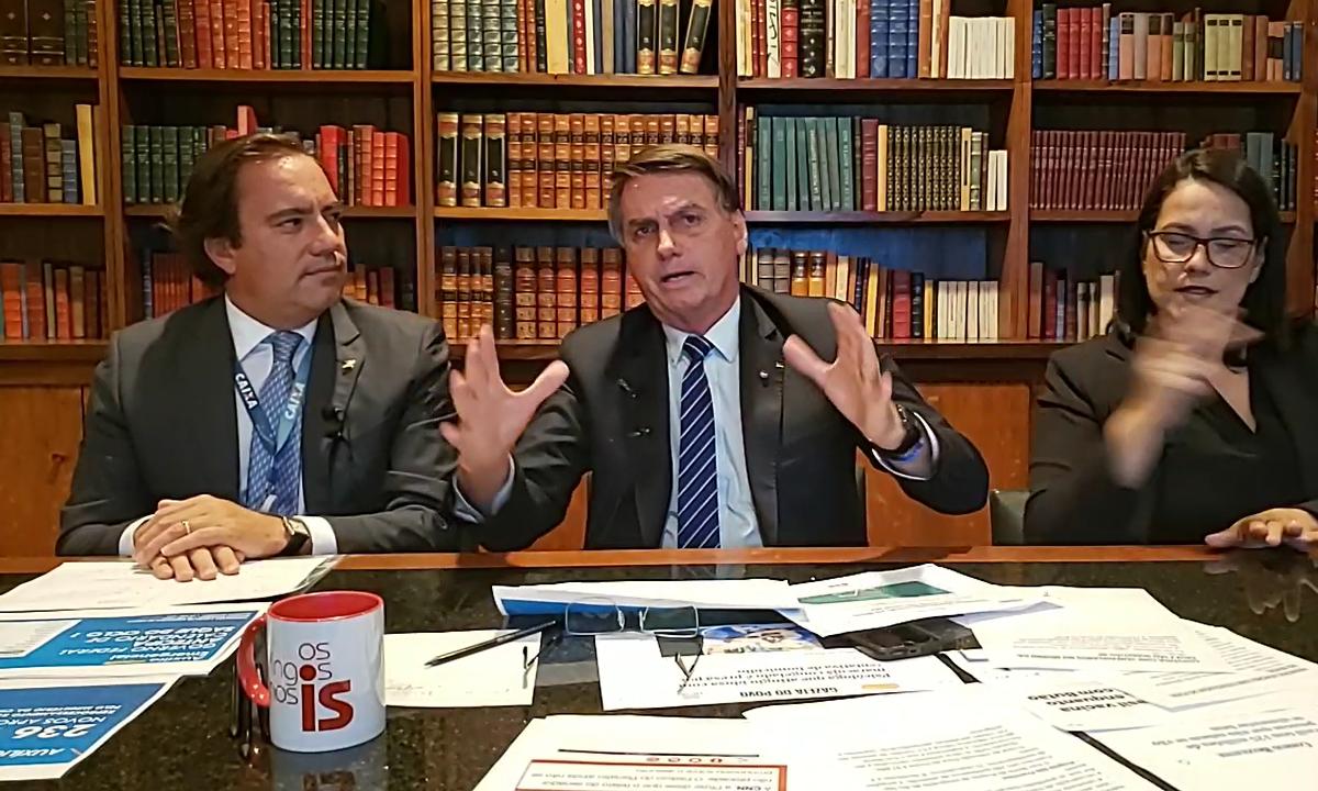 O presidente Jair Bolsonaro, ao lado do presidente da Caixa, Pedro Guimarães. Foto: Reprodução