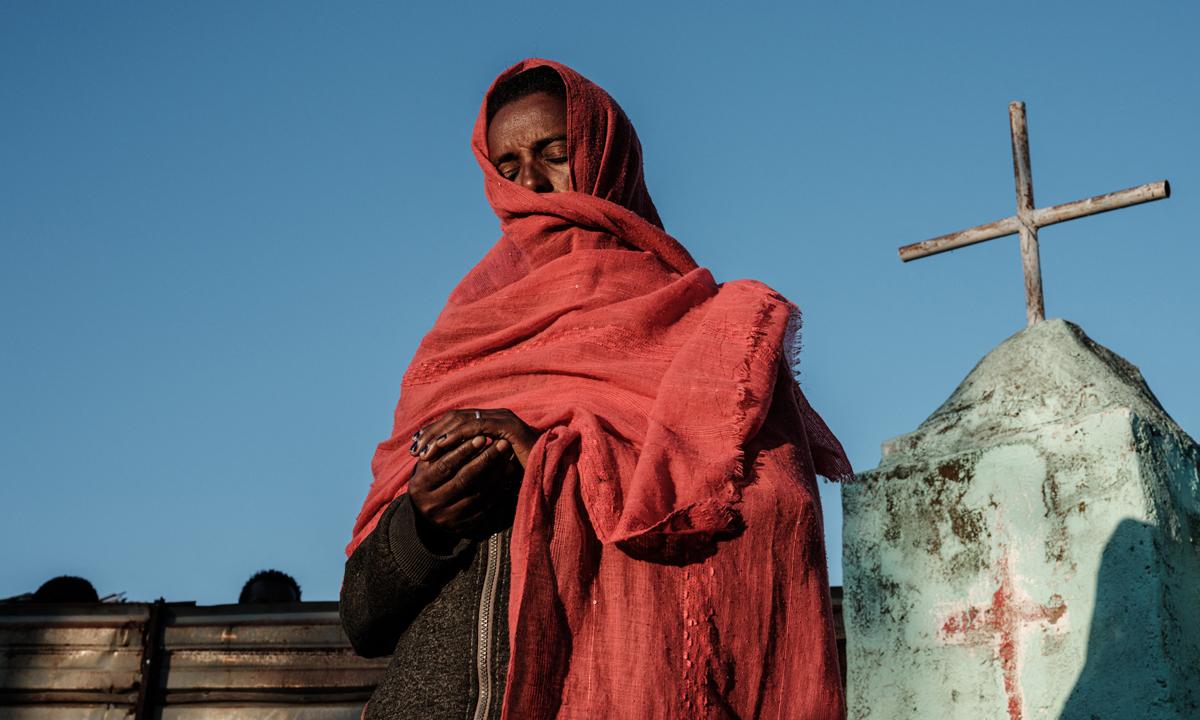 Mulher etíope em campo de refugiados no Sudão. Foto de dezembro de 2020. Crédito: YASUYOSHI CHIBA / AFP