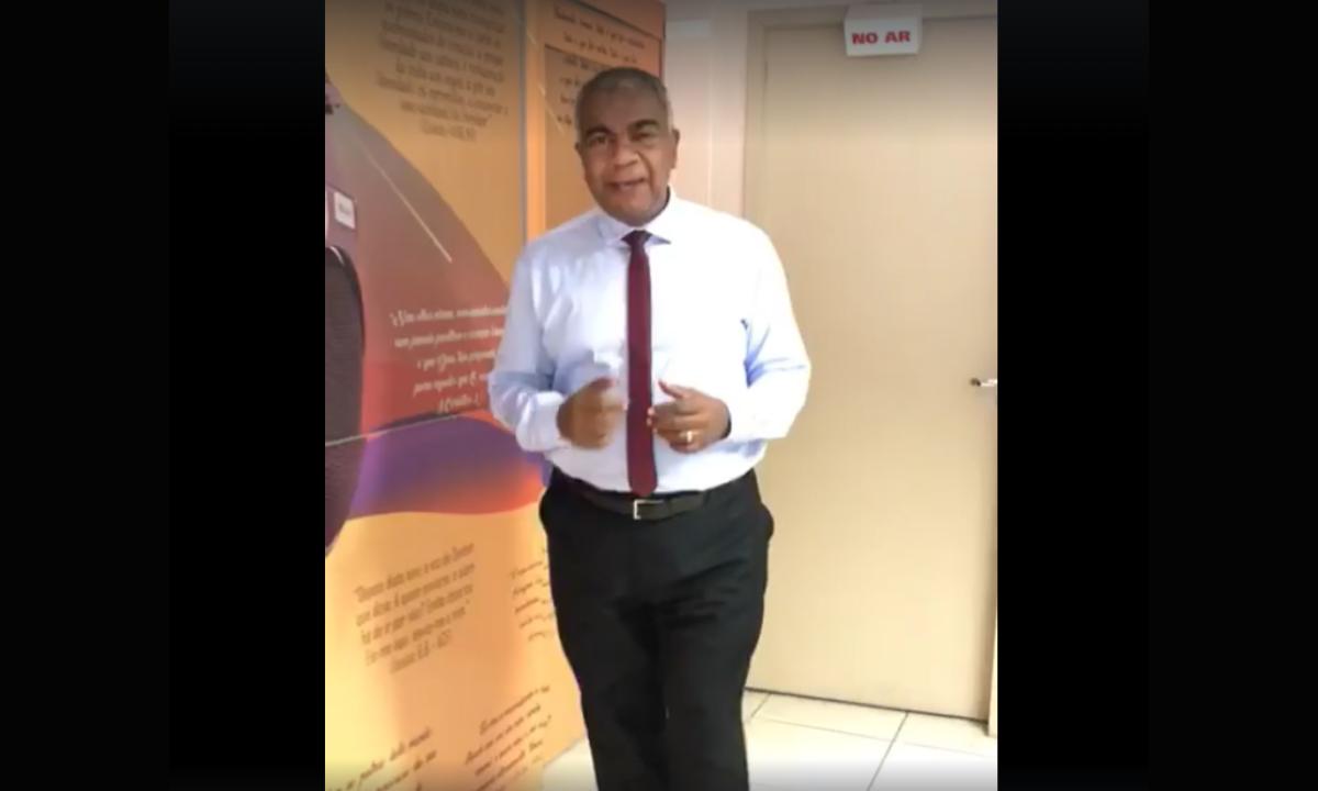O pastor Elizeu Lima, da Rádio Paz, em vídeo em prol do atendimento precoce (Foto: Reprodução)
