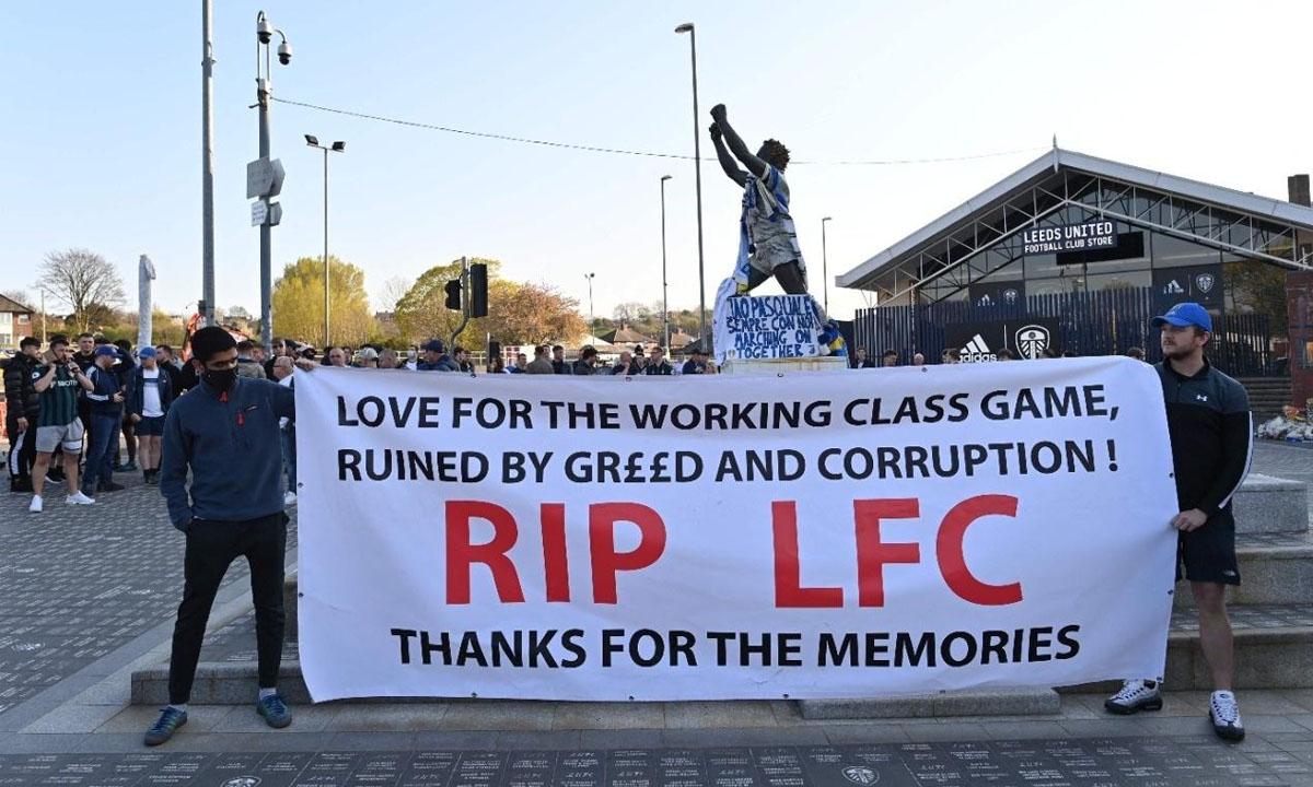 Torcedores do Leeds United, da Inglaterra, em protesto contra a criação da Superliga. Foto: Paul ELLIS/AFP