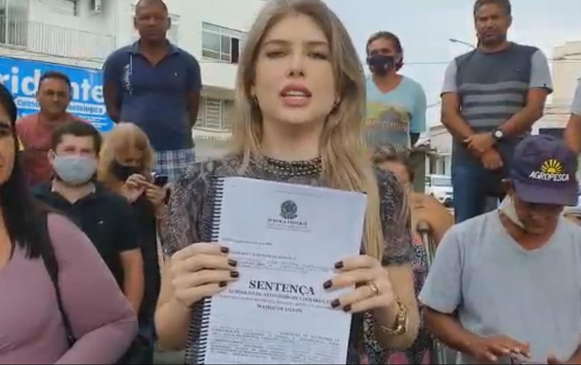A advogada Richardeny Lemnke e atingidos comemoram, em Linhares (ES), um acordo individual entre os atingidos e a fundação criada pela Samarco (Foto: Reprodução)