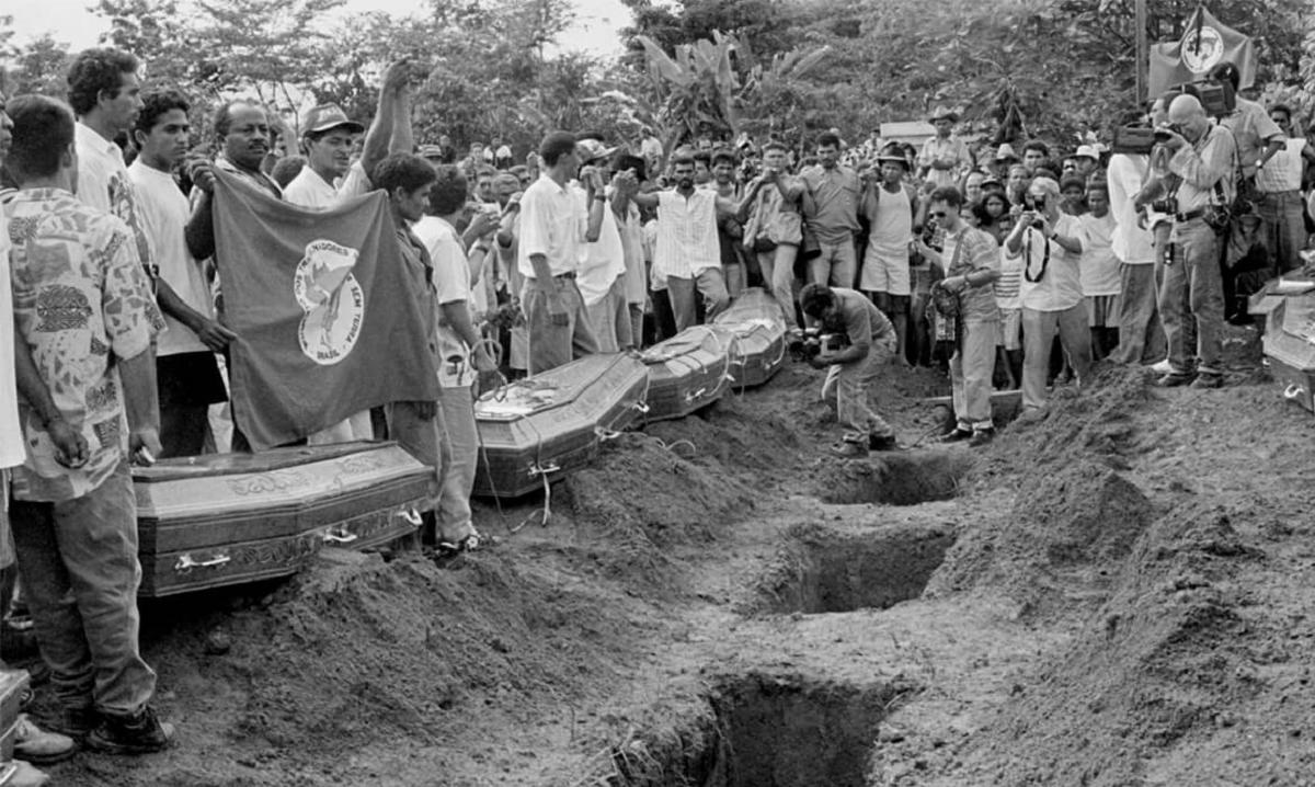 Enterro das vítimas do massacre em 1996, no Pará. Arquivo e Memória MST/J.R. Ripper/Reprodução