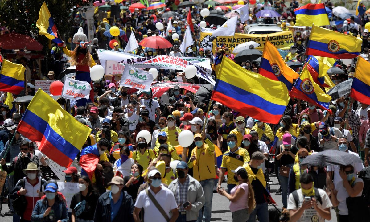 Civis vão às ruas contra governo autoritário na Colômbia. Foto: Raul Arboleda/AFP