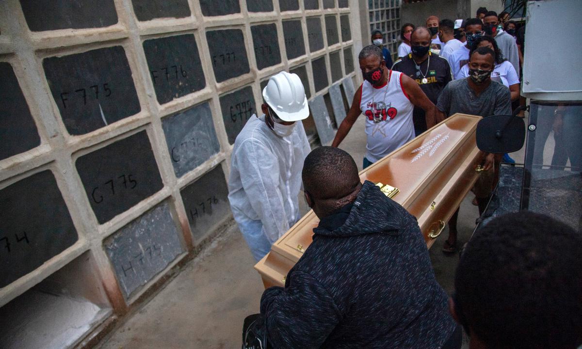 Dor e lágrimas marcam enterro de vítimas de ação policial no Jacarezinho. Foto: Bruno KAIUCA / AFP
