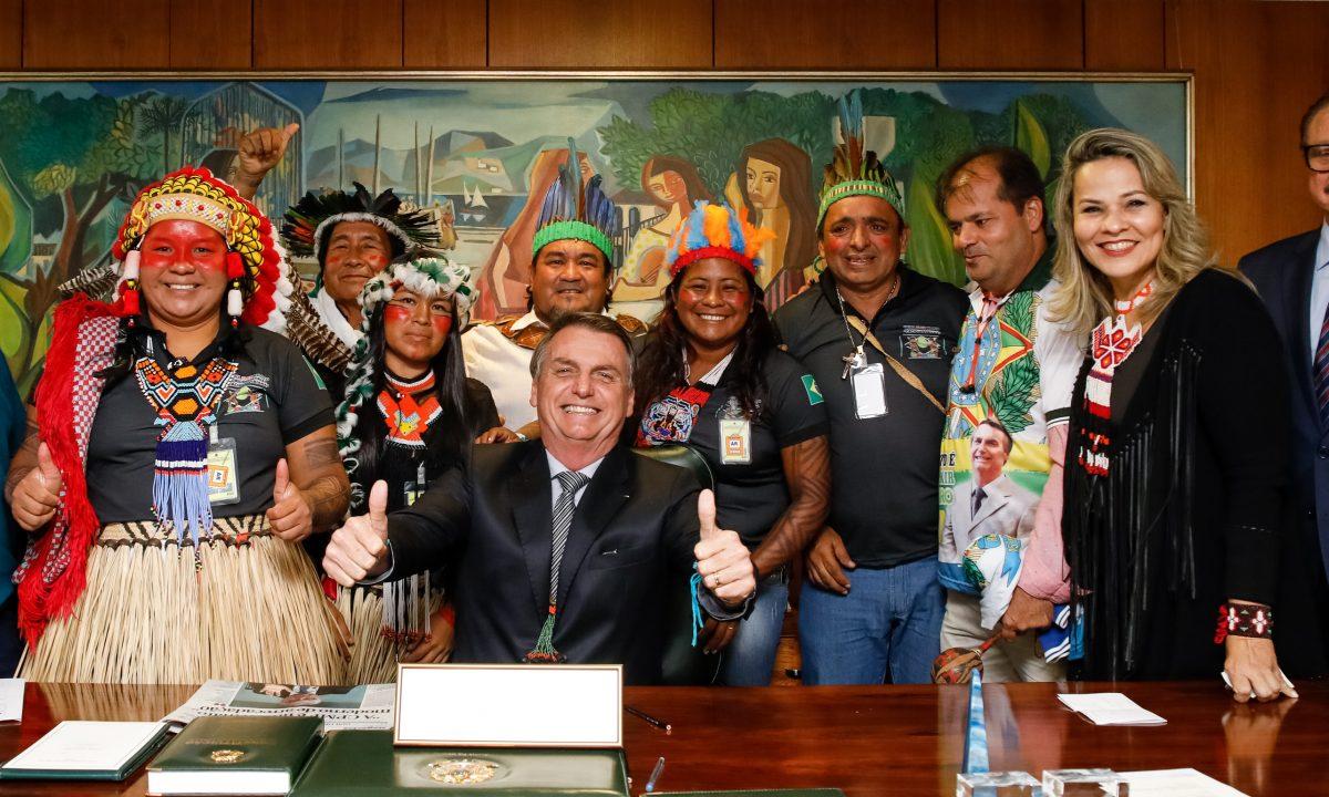 Claque profissional. Os Kayapó  que posaram para esta foto receberam incentivo dos garimpeiros ilegais. (Foto: Carolina Antunes/PR)
