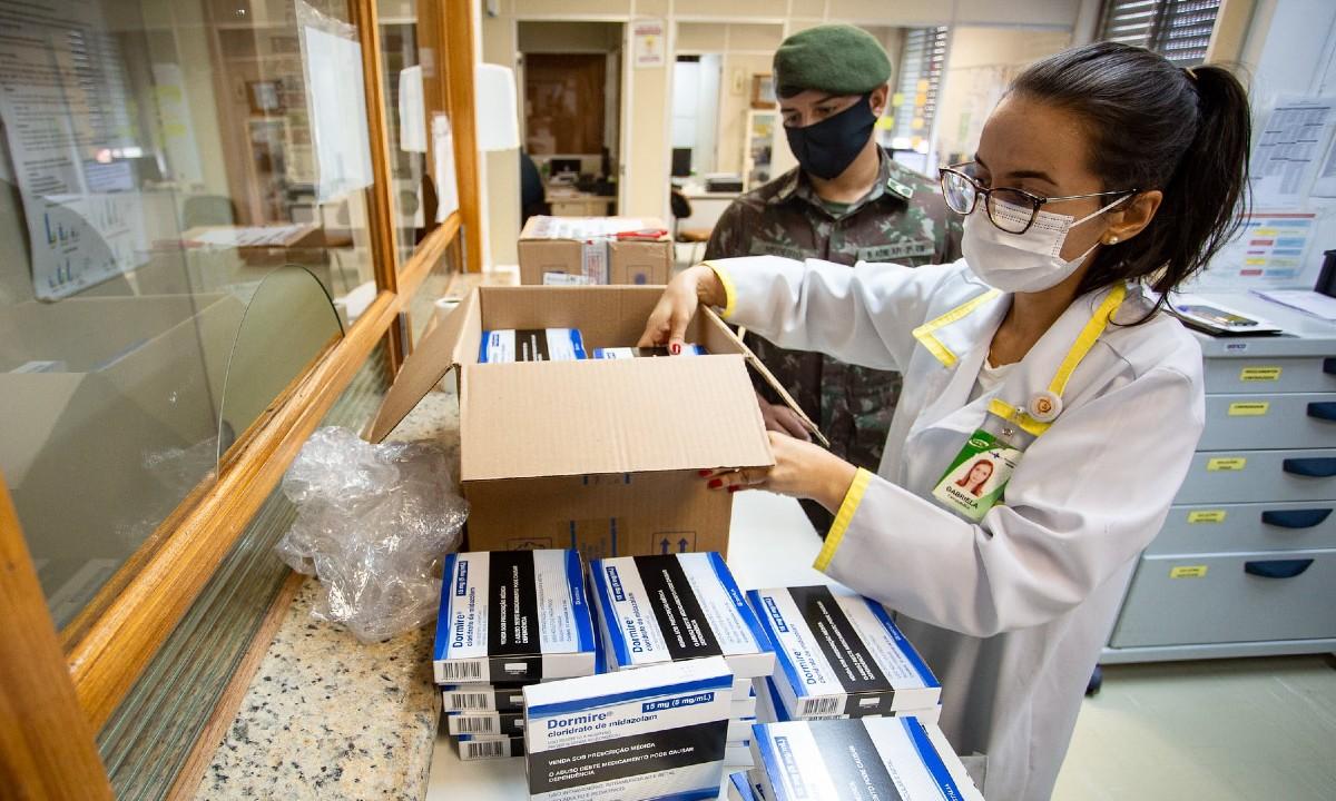 Profissional da saúde recebe medicamentos do kit intubação em Porto Alegre (RS) (Fotos: Felipe Dalla Valle/Palácio Piratini/Fotos Públicas)