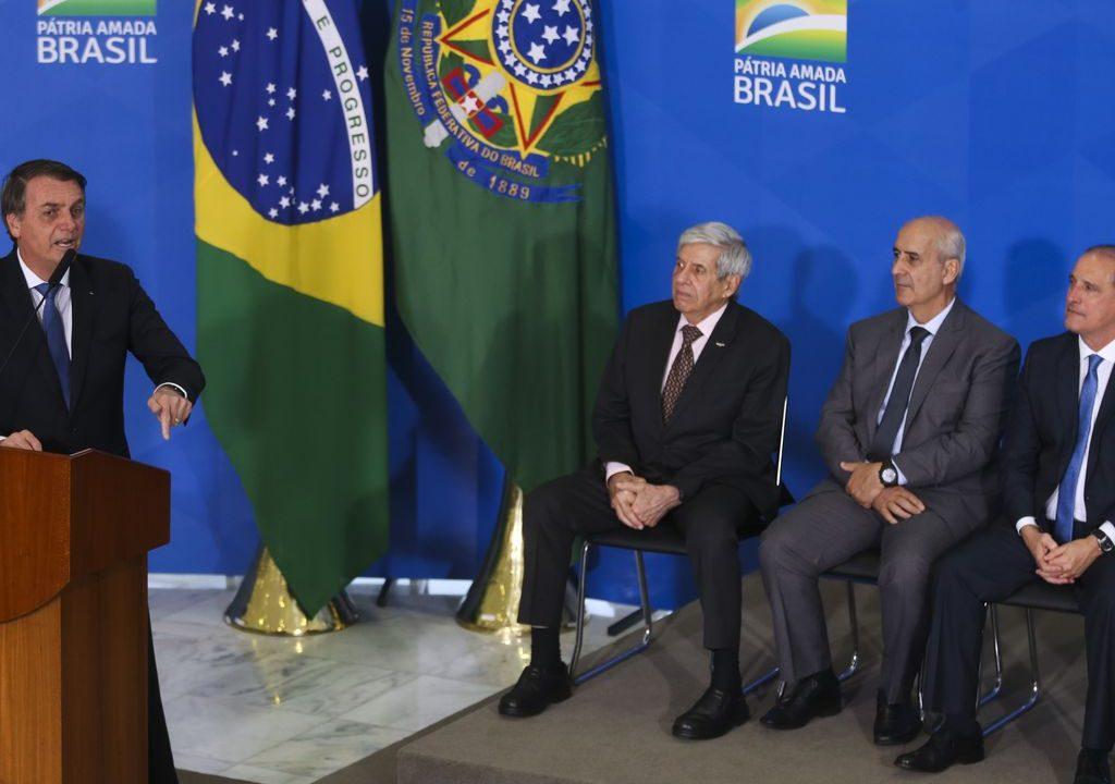 O presidente Jair Bolsonaro, os ministro do GSI, Augusto Heleno, da Secretaria de Governo, Luiz Eduardo Ramos, e da Casa Civil, Onyx Lorenzoni.  Foto: Antonio Cruz/ Agência Brasil